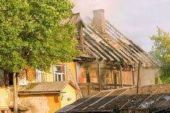 Bo hus som slåss en brand Arkivfoton