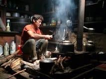 Bo i Nepal - kock från den Ripchet - Tsum dalen Royaltyfri Bild