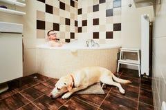 Bo med hunden arkivfoton