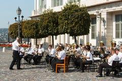 Bo musikbandet som spelar musikinstrument i stadfyrkanten Royaltyfri Bild