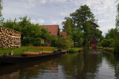 Bo på en kanal i den Spreewald Tyskland Royaltyfri Foto