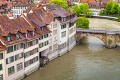 Bo seglar utmed kusten hus längs den Aare floden, Bern Fotografering för Bildbyråer