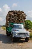 BO, Sierra Leone - 15 Januari, 2014: Zwaar geladen klassieke vrachtwagen die gestapeld hout vervoeren royalty-vrije stock afbeelding
