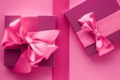 Bo?te-cadeau roses, fond flatlay de style f?minin photographie stock