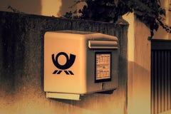 Bo?te de lettre jaune allemande photo libre de droits