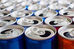 Bo?tes en aluminium vides de boissons r?utilisant le concept de fond photographie stock libre de droits