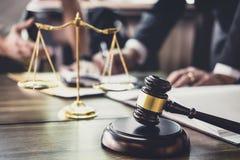 Boa cooperação do serviço, consulta do homem de negócios e advogado ou conselheiro masculino do juiz que têm a reunião com client imagem de stock