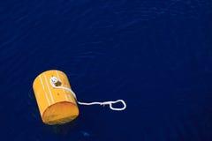 Boa d'avvertimento fuori dalla costa di Maine contro un fondo nebbioso, boa sul mare per la barca del rifornimento di sostegno Fotografia Stock Libera da Diritti