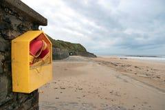 Boa della salvavita sulla spiaggia vuota Fotografie Stock