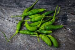 boa e pimenta de Caiena verde na mesa de jantar fotos de stock