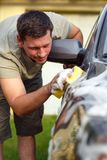 Boa lavagem de carros - equipe o carro de lavagem com uma esponja e uma espuma Imagens de Stock Royalty Free