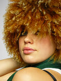 Boa menina com um tampão curly em uma cabeça Foto de Stock Royalty Free
