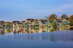 Boa rossa Holland Netherlands del villaggio di Zaan Zaanse Schans del fiume fotografia stock libera da diritti