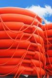 Boa rotonda impilata di salvataggio arancio, salvavita del marinaio del mare Fotografie Stock Libere da Diritti