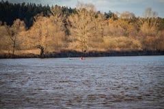 Boa su un fiume navigabile, avvertimento del pericolo per le navi immagine stock