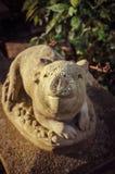 Boa vinda agradável - estátua decorativa do porco foto de stock royalty free