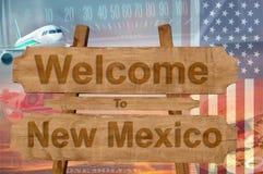 A boa vinda ao estado de New mexico nos EUA assina na madeira, tema do travell imagens de stock