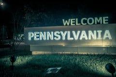 Boa vinda ao sinal da área de repouso de Pensilvânia na noite Foto de Stock Royalty Free