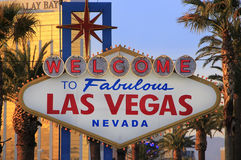 Boa vinda ao sinal fabuloso na noite, Nevada de Las Vegas Fotografia de Stock Royalty Free