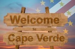A boa vinda a Cabo Verde canta no fundo de madeira com mistura da bandeira nacional Fotos de Stock Royalty Free
