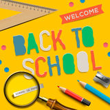 Boa vinda de volta à escola no fundo amarelo Fotografia de Stock Royalty Free