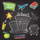 A boa vinda de volta à sala de aula da escola fornece garatujas do caderno Foto de Stock