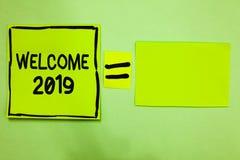 Boa vinda 2019 do texto da escrita da palavra Conceito do negócio para que a motivação da celebração do ano novo comece o papel v foto de stock