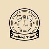 Boa vinda do vintage do vetor de volta ao logotipo ou ao crachá da escola Sinal retro com despertador Ícone da educação das crian Fotos de Stock Royalty Free