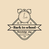 Boa vinda do vintage do vetor de volta ao logotipo ou ao crachá da escola Sinal retro com despertador Ícone da educação das crian Fotografia de Stock Royalty Free