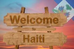 A boa vinda a Haiti canta no fundo de madeira com mistura da bandeira nacional Imagens de Stock Royalty Free