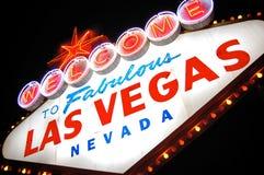 A boa vinda a Las Vegas assina dentro luzes na noite. Fotografia de Stock Royalty Free