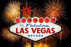 Boa vinda a Las Vegas fabuloso com fogo de artifício colorido Imagens de Stock Royalty Free