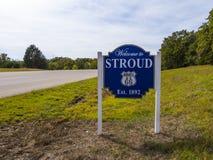 A boa vinda a Stroud assina dentro Oklahoma - STROUD - OKLAHOMA - 24 de outubro de 2017 fotos de stock
