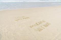 Boa vinda Vietname de Vietname do amor escrito na areia Fotos de Stock Royalty Free