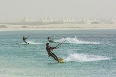 Boa Vista de tres kitesboarders imagenes de archivo