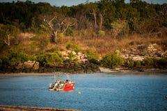 Boab小船在蜜月湾停泊的聘用小船Kalumburu 免版税库存照片
