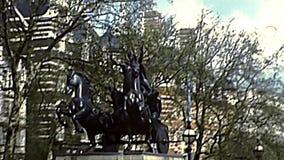 Boadicea e sua estátua de bronze das filhas em Londres video estoque