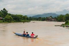 Boadtrip de touristes asiatique dans le vangvieng Laos photo stock