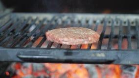 board bun cooking cutting fresh hamburger meet minced raw vegetable wooden N?tk?tt- eller grisk?ttkotlett som grillar p? raster arkivfoton