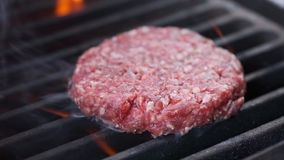 board bun cooking cutting fresh hamburger meet minced raw vegetable wooden N?tk?tt- eller grisk?ttkotlett som grillar p? raster L arkivfilmer