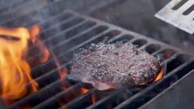 board bun cooking cutting fresh hamburger meet minced raw vegetable wooden N?tk?tt- eller grisk?ttkotlett som grillar p? raster L lager videofilmer