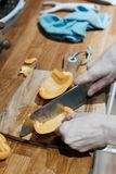 board grönsaker för tabellen för potatisen för kniven för matlagningcuttingkök royaltyfri foto