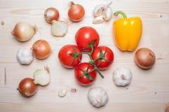 board nya grönsaker för cuttingen Fotografering för Bildbyråer