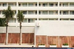 boarded evacuated hotel windows στοκ εικόνα με δικαίωμα ελεύθερης χρήσης