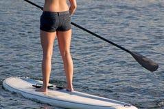 boarderskovelstand suntanned upp kvinna arkivfoton