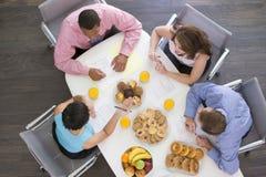 boardroom businesspeople eating four table στοκ εικόνες