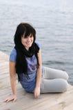 boards lyckligt sittande vattenträ för flickan Royaltyfri Fotografi