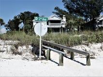 Boardwalk nad diuną na Floryda plaży fotografia stock