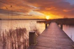 Boardwalk nad wodą przy wschodem słońca w holandiach Zdjęcia Stock