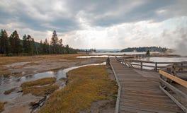 Boardwalk obok Kołtuniastej zatoczki i Czarnego wojownika Skacze prowadzący w Gorącego jezioro w Yellowstone parku narodowym w Wy Zdjęcie Royalty Free
